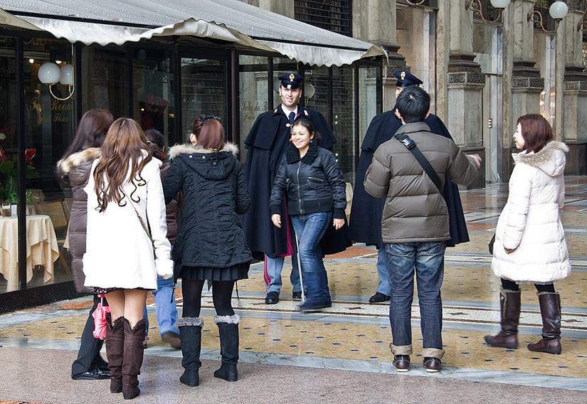 Туристы пристают к гвардейцам